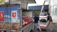 (사진) 용인아산내과서 기탁한 쌀을 옮기는 모습.jpg